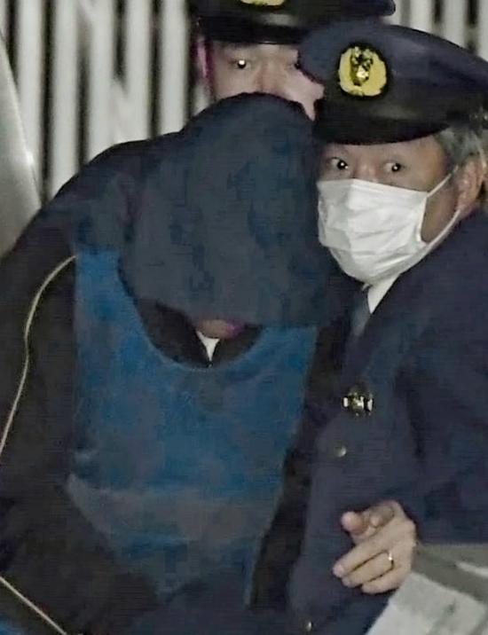 Các điều tra viên dẫn nghi phạm đến sở cảnh sát tỉnh Chiba để thẩm vấn ngày 15/3.