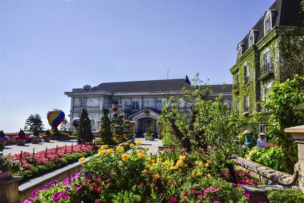Từ 10 loài hoa ban đầu, chỉ sau 5 năm, Bà Nà Hills đã trồng thành công tới hàng trăm loài hoa. Trong đó, có nhiều loại đặc trưng được du khách yêu thích như cẩm tú cầu, arapang, đào chuông, địa lan đất& Với tâm huyết phát triển du lịch bền vững, nhiều năm qua, khu du lịch Bà Nà Hills không chỉ chú trọng mở rộng cơ sở hạ tầng, nâng cao chất lượng dịch vụ mà còn tập trung cải thiện cảnh quan, mang tới không gian nghỉ dưỡng, giải trí ngát xanh, rực rỡ sắc hoa cho đông đảo du khách