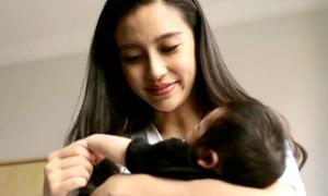 Angelababy khoe con, hé lộ hình ảnh đời thường của 'bà mẹ bỉm sữa'