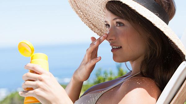Nên dùng kem chống nắng mỗi ngày.