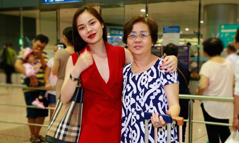 Giang Hồng Ngọc quấn quýt mẹ ở sân bay trước giờ đi lưu diễn