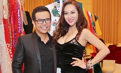 Phi Thanh Vân khoe ngực 'ngồn ngộn' khi đi xem thời trang
