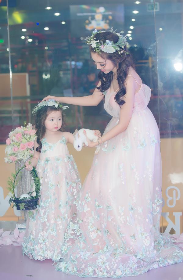 Elly Trần và công chúa nhỏ khoe nét duyên dáng trên sàn catwalk trong các mẫu váy voan mềm mại, trang trí cánh bướm thêu điệu đà.