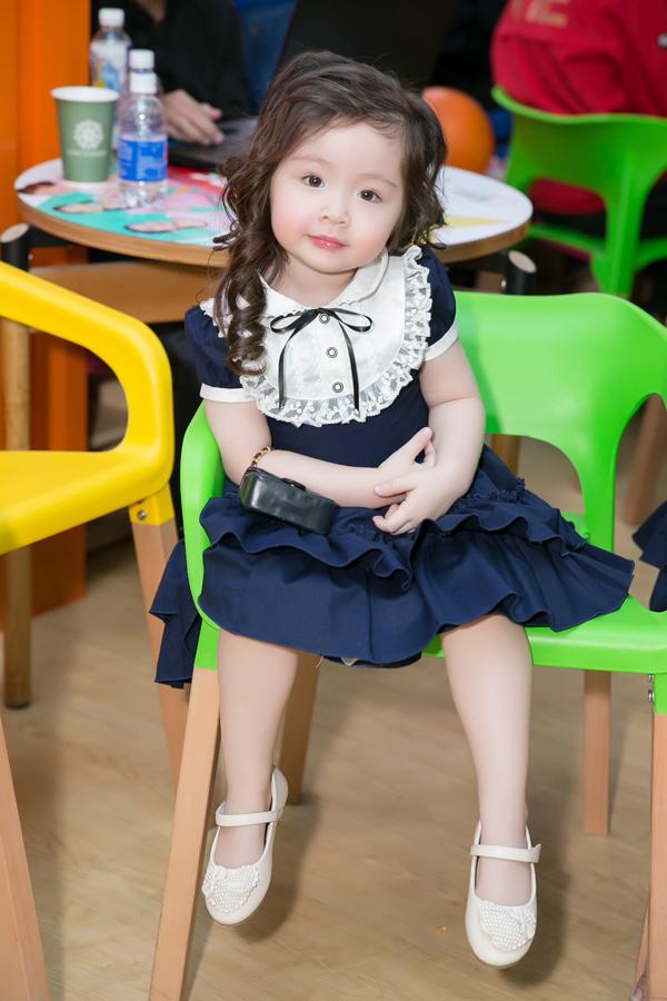 Bé Cadie xinh xắn với váy búp bê theo phong cách cổ điển.