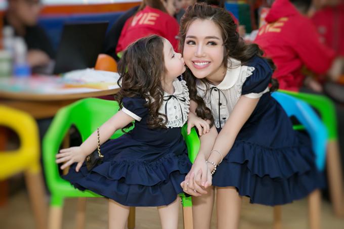 Mở đầu sự kiện, Elly Trần xuất hiện cùng công chúa Cadie Mộc Trà trong một bộ cánh ton sur ton. Cả hai thu hút sự chú ý của toàn bộ quan khách có mặt.