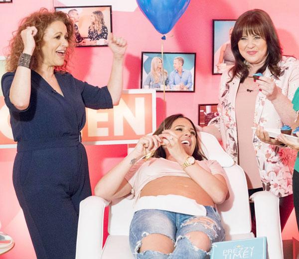 Cựu hoa hậu Anh biết tin mang bầu con trai thứ 4 hồi đầu tháng khi tham gia chương trình Loose Women.