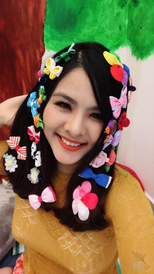 Vân Trang kẹp hết cặp tóc mua cho con gái lên đầu. Cô viết: Chỉ muốn khoe kẹp mẹ mua cho con gái. Có con gái thật tuyệt.