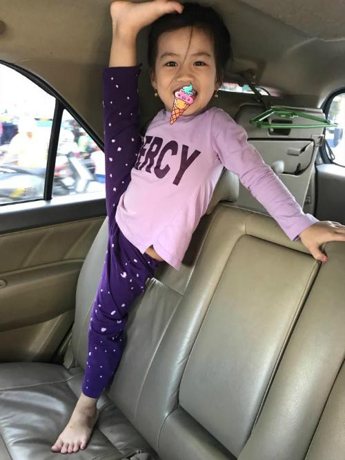 Con gái Ốc Thanh Vân đam mê múa, cô bé ép chân trên mọi địa hình. Nói gì đây nói gì đây? Mê quá ghiền quá thì gặp đâu ép đó thôi.