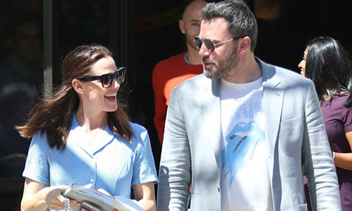 Ben Affleck và Jennifer Garner vui vẻ đi lễ nhà thờ cùng nhau dù vừa ly hôn