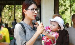 Trang Trần đưa con gái đi xây chùa và làm từ thiện