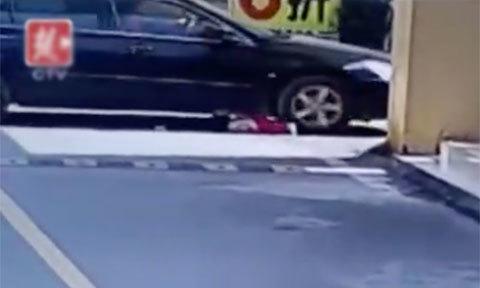 Bé gái 1 tuổi tự nhổm dậy sau khi bị ôtô cán qua người hai lần