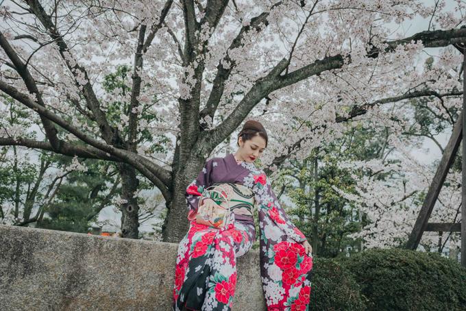 bao-anh-mac-kimono-khoe-sac-duoi-hoa-anh-dao-o-nhat-ban