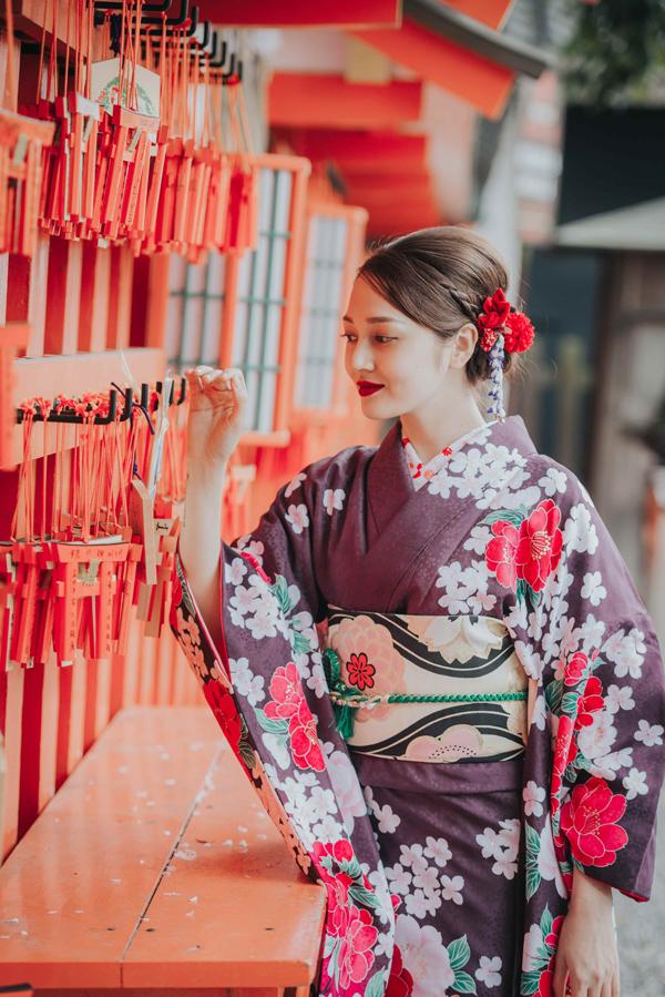 bao-anh-mac-kimono-khoe-sac-duoi-hoa-anh-dao-o-nhat-ban-10