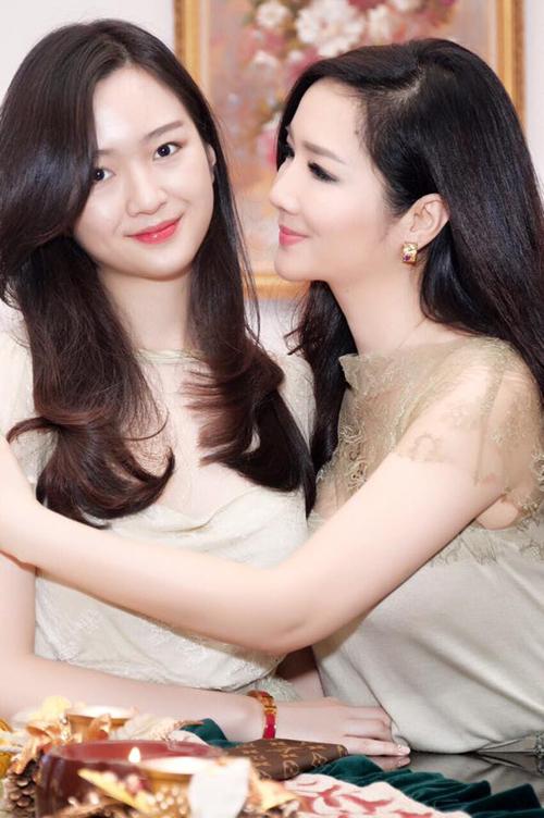 Hoa hậu Giáng My và con gái Anh Sa.