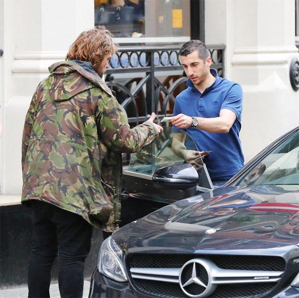 Tiền vệ MU rút ví đưa người đàn ông vô gia cư 5 bảng sau khi thưởng thức bữa trưa tại nhà hàng San Carlo.