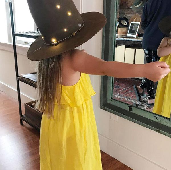 Trong khi đó, trên trang cá nhân, Becks cũng đăng ảnh chụp từ phía sau của con gái
