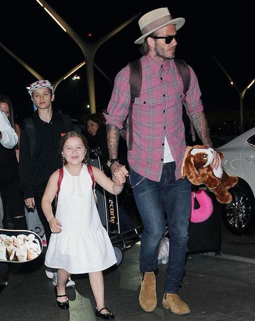 Tối 17/4, Becks cùng các con tới sân bay LAX, Los Angeles, chuẩn bị trở về xứ sở sương mù sau kỳ nghỉ lễ Phục sinh.