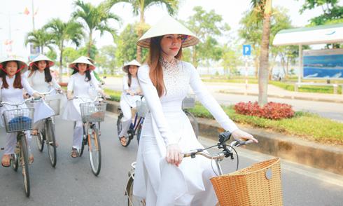 Hồ Ngọc Hà mặc áo dài đạp xe giữa trưa nắng ở Quảng Bình