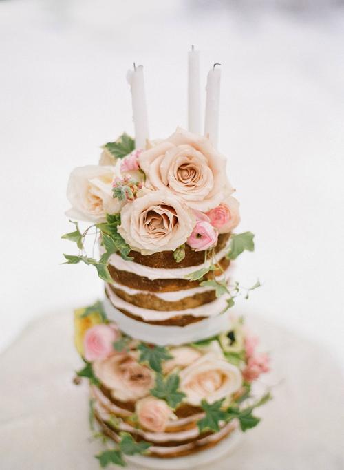 Một vài bông hoa màu sắc sẽ tạo điểm nhấn cho chiếc bánh cưới.