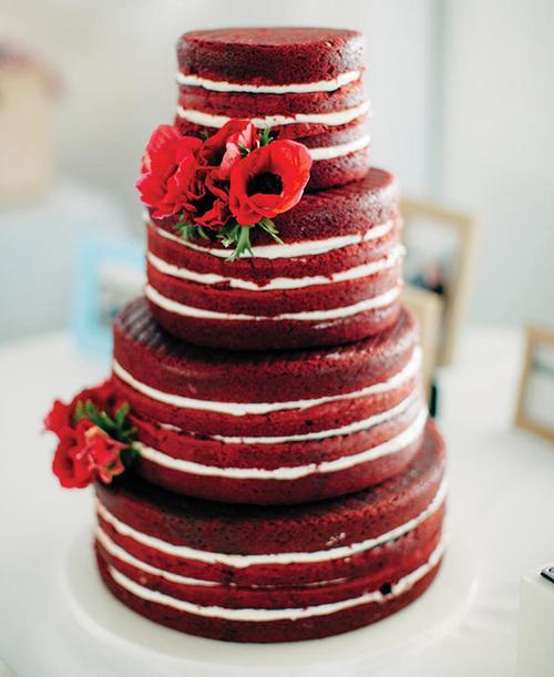 Phong cách dễ nhận biết nhất của bánh cưới rustic là cốt bánh được giữ nguyên bản với phần kem trắng phết bóng đều và điểm xuyết hoa tươi, trái cây tinh tế.