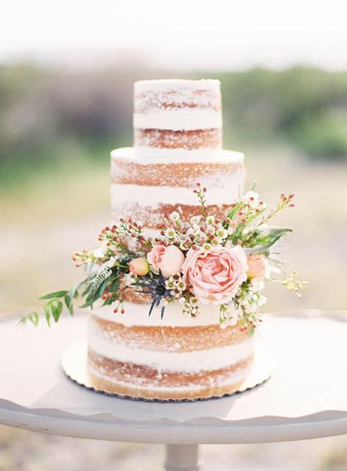 Trong số những phụ kiện làm đẹp hôn lễ, bánh cưới là chi tiết dễ thể hiện nét thô mộc, làm không gian đám cưới thêm xuyên suốt.