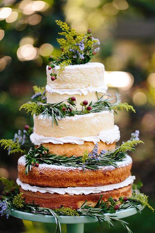 Các đôi uyên ương nên bắt đầu tìm kiếm các mẫu bánh cưới đẹp 2 - 3 tháng trước ngày trọng đại thông qua mạng Internet hoặc tham khảo các tiệm bánh nổi tiếng.