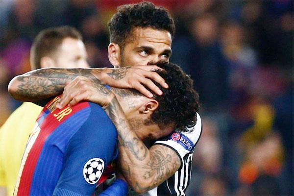 Dani Alves đồng đội cũ Neymar sau khi Barca dừng bước ở tứ kết,