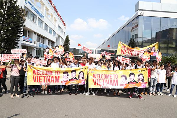 Đông đảo người hâm mộ cầm băng rôn, khẩu hiệu đứng sẵn ngoài sân bay chờ thần tượng.
