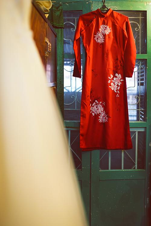 thay vì những mẫu áo dài ren cầu kỳ, cô dâu có thể gây ấn tượng với quan khách bằng áo dài lụa đỏ tinh tế.