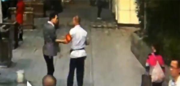 Tài xế đuổi theo và tiếp tục tranh cãi với người cha đang vội đến bệnh viện thăm con.