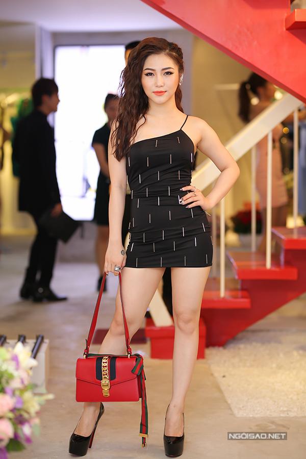 huong-tram-bao-anh-khoe-net-goi-cam-voi-vay-ngan-cun