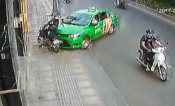 tai-xe-lai-taxi-tong-nga-ten-cuop-giat-tui-xach