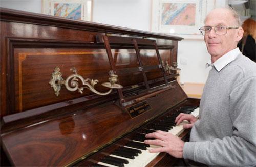 tho-sua-dan-phat-hien-kho-bau-nua-trieu-bang-anh-trong-piano-co