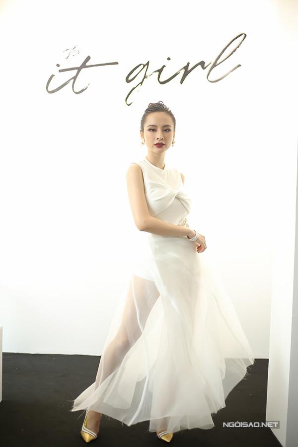 angela-phuong-trinh-dien-vay-xuyen-thau-khoe-sac-ben-dan-sao