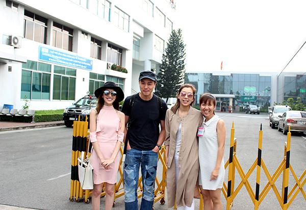 Ba ngôi sao chụp ảnh cùng người hâm mộ.