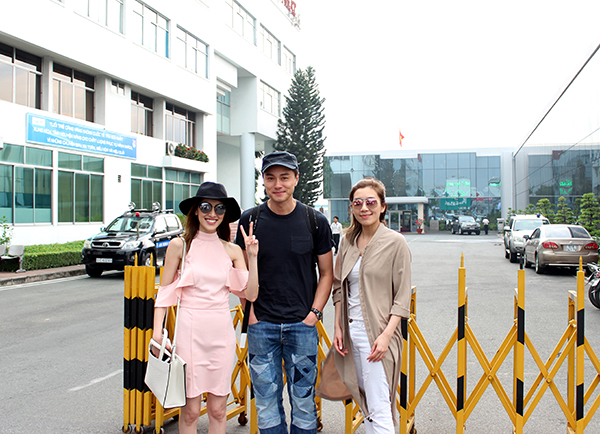 Từ trái sang phải: Trần Khải Lâm, Huỳnh Hạo Nhiên và Huỳnh Trí Văn chụp hình lưu niệm tại sân bay trước khi trở về Hong Kong.