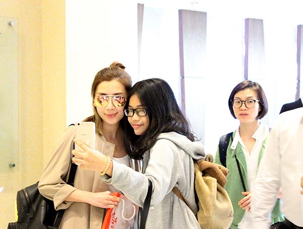 Huỳnh Trí Văn (trái) selfie cùng một fan nữ.