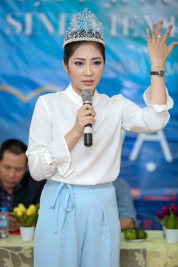 hoa-hau-dai-duong-dang-thu-thao-chai-san-tay-chan-vi-di-tinh-nguyen-3