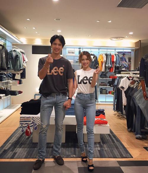 Chiếc quần jeans được thiết kế với hiệu ứng 3D giúp tôn tạo ba vòng, đường cắt cúp được tính toán kĩ lưỡng đã tạo ra những đường may chuẩn khiến vóc dáng của cô ca sĩ nhỏ nhắn Sĩ Thanh trở nên đầy đặn, hấp dẫn ở mọi góc nhìn.