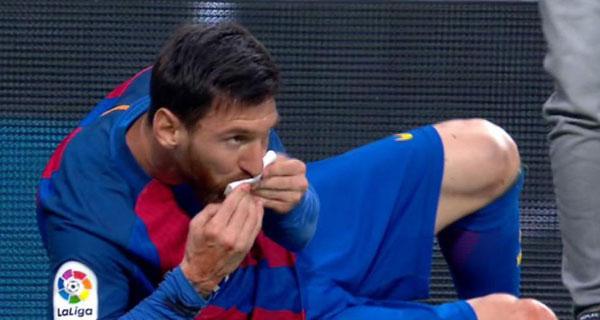 Messi sau đó vào sân