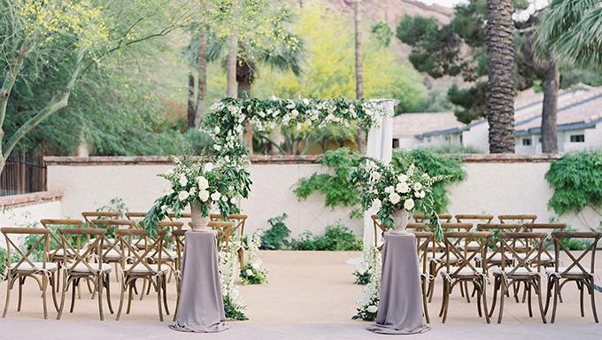 [Caption]Trong mùa cưới 2017, xu hướng mộc mạc, gần gũi với thiên nhiên được nhiều cô dâu - chú rể ưa chuộng. Bên cạnh hoa tươi hoặc cành lá mềm mại, các loại trái cây là một lựa chọn độc đáo cho đám cưới. Trái cây thường được sử dụng là các loại quả nhiệt đới, có màu sắc đậm nổi bật, không gai góc.