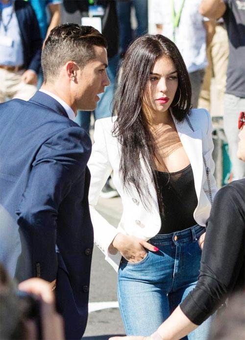 C. Ronaldo cấm bạn gái tổ chức các bữa tiệc ở biệt thự vì coi đó là những điềm xấu.