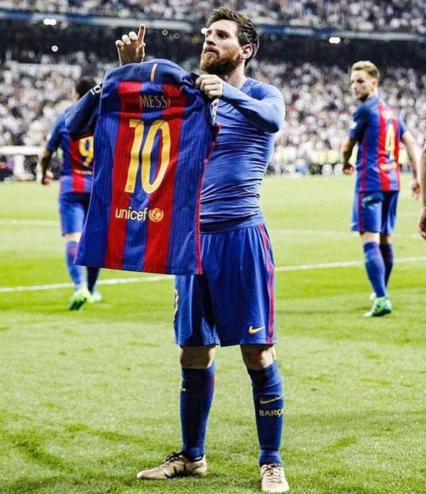 Phù thủy Messi một tay vẫn giữ được thẳng áo.