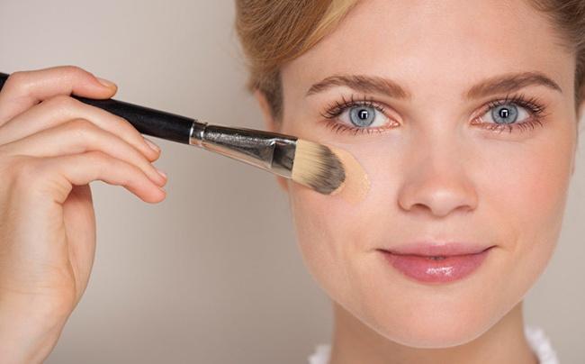 7. Tránh thoa phấn nền ở vùng da mắt