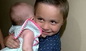 Bé trai 5 tuổi cứu mẹ bị động kinh thoát chết trong nhà tắm