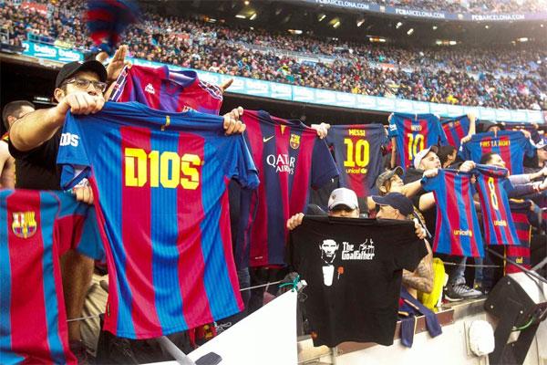Hình ảnh đáng nhớ trên sân Nou Camp khi hàng loạt CĐV tái hiện màn mừng bàn thắng của Lionel Messi trong trận El Clasico hạ Real Madrid 3-2 trên sân Bernabeu cuối tuần trước.
