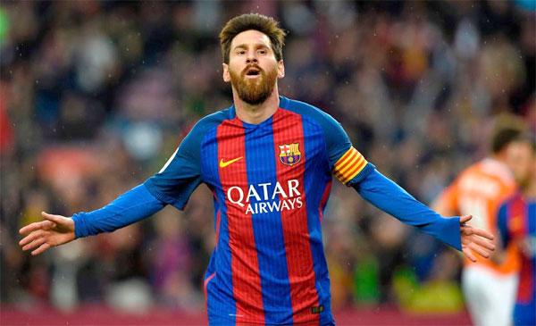 Các CĐV Barca giơ áo ra trước mặt trong 10 phút sau khi Messi ghi bàn mở tỷ số vào lưới Osasuna.