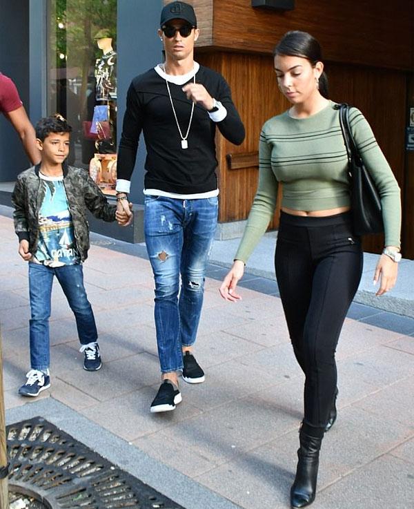 Siêu sao Real đưa bạn gái và con trai đi mua sắm sau thất bại El Clasico.
