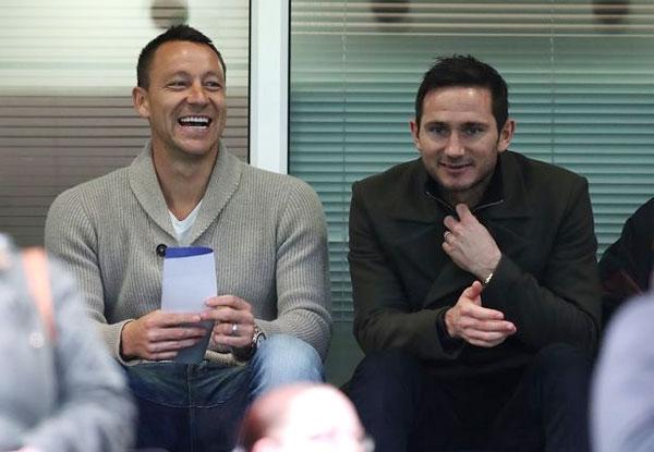 Terry và Lampard cùng nhau đi cổ vũ đội trẻ của Chelsea hôm 26/4 bất chấp ồn ào liên quan tới mẹ.