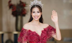 Phạm Hương vai trần sexy khi giao lưu ở Cần Thơ